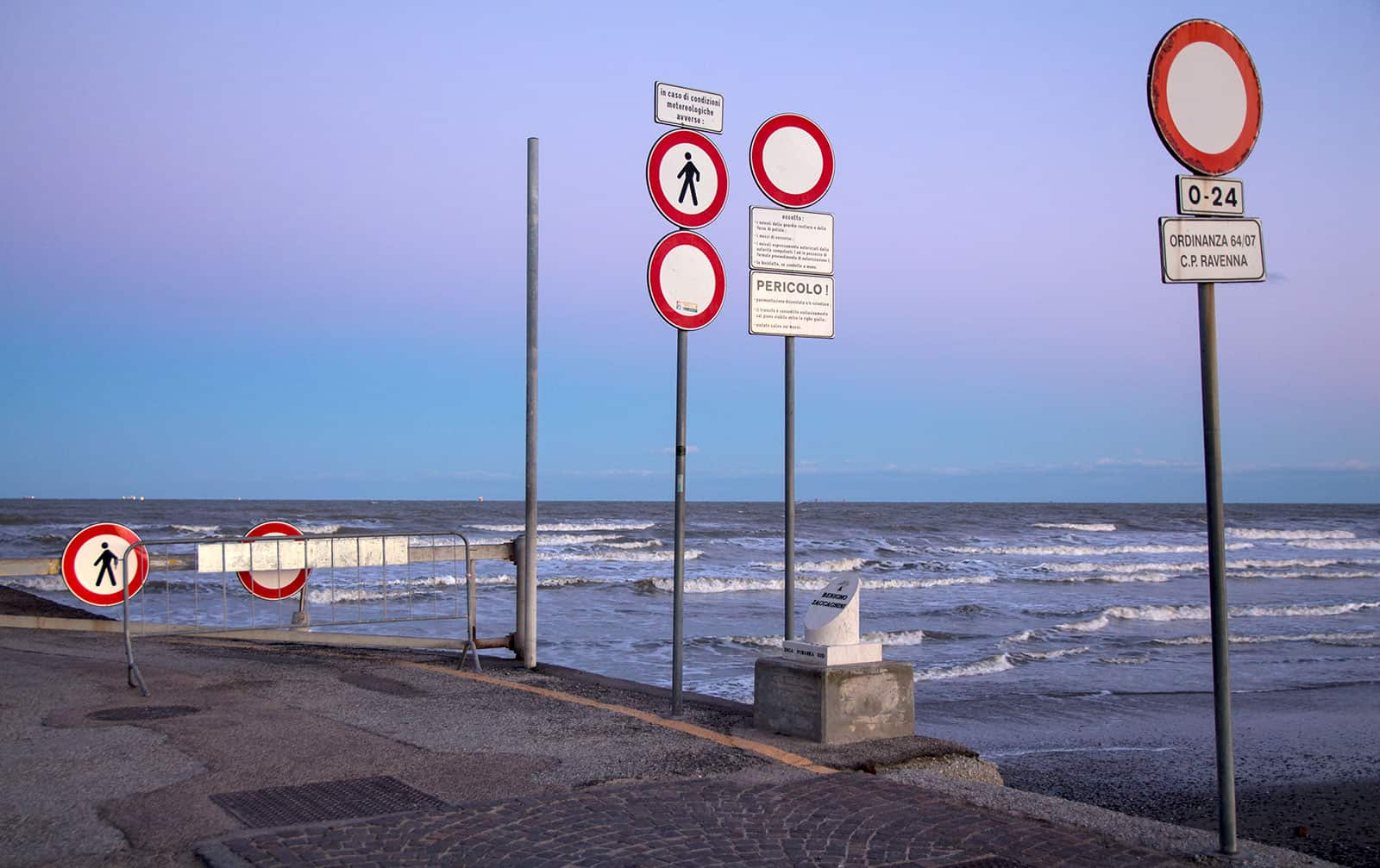 On the Diga Sud pier, everything is forbidden, more than once!